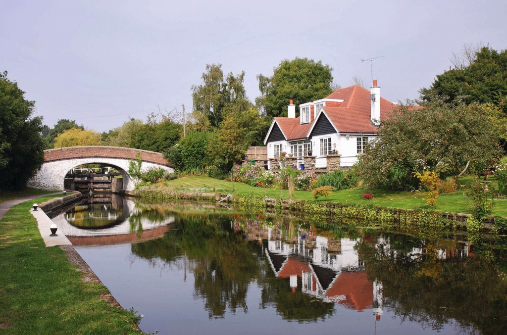 Beautiful English countryside and houses on the sides of the canal